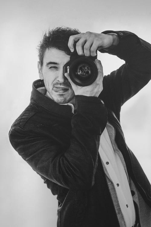 Fotograf Łukasz Jacak robi zdjęcia.