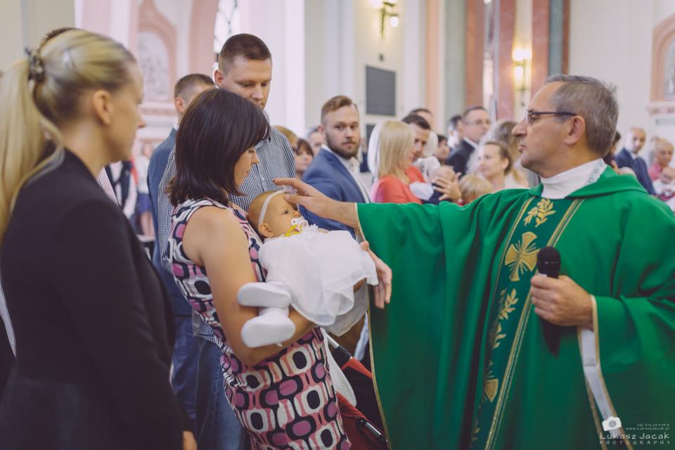 Błogosławieństwo księdza w kościele. Reportaż z Chrztu w Warszawie. Fotograf na Chrzest Warszawa.