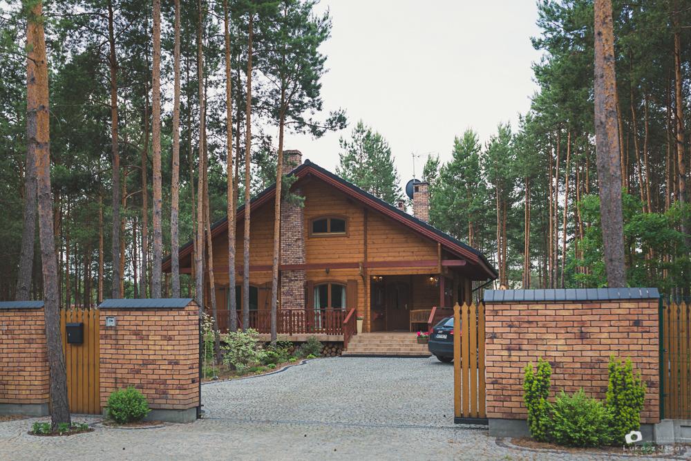 Zdjęcie ślubne drewnianego domu Panny Młodej w Otwocku /k.Warszawy.