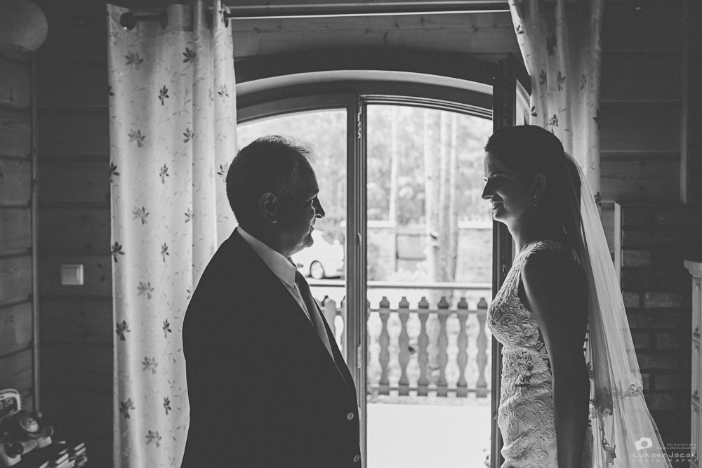 Panna młoda ze swoim ojcem w dniu ślubu. Fotograf ślubny Otwock.