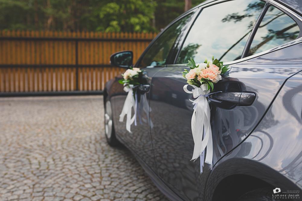 Dekoracje ślubne auta państwa młodych.