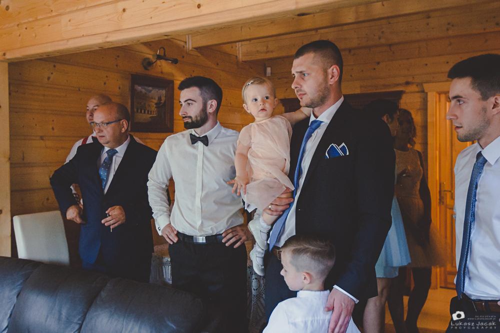 Reportaż ślubny, oczekiwanie na błogosławieństwo Państwa Młodych.