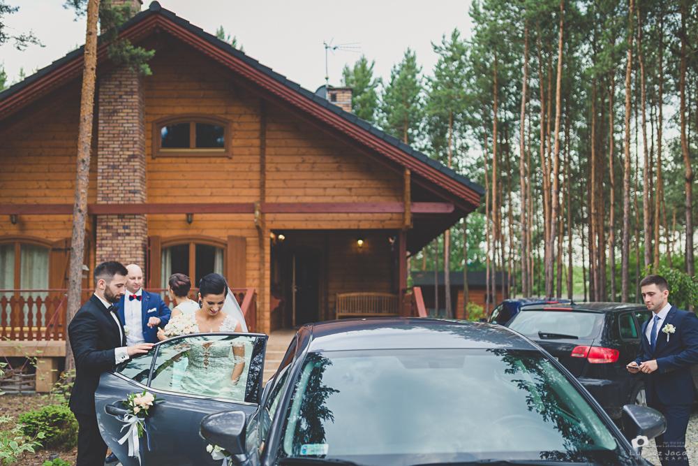 W drodze na ślub w kościele w Otwocku.