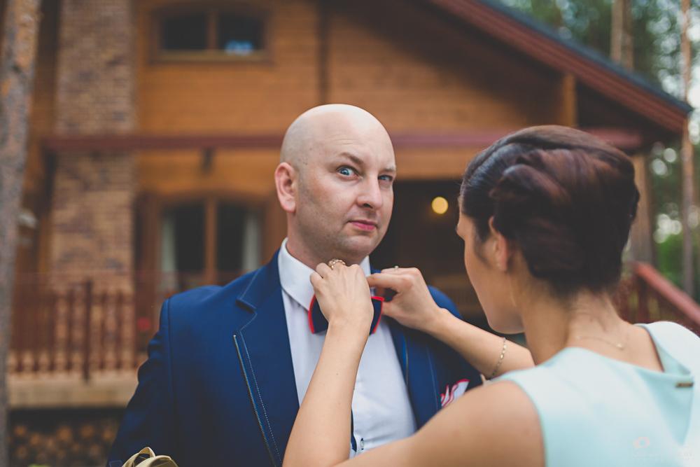 Przygotowania ślubne. Świadkowie podczas reportażu ślubnego w Otwocku.
