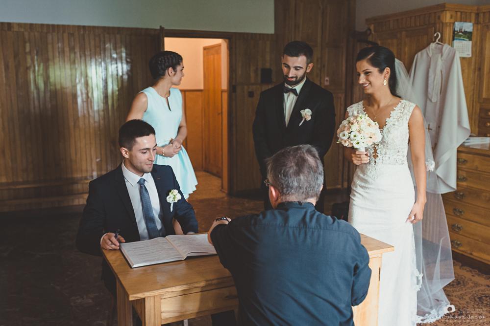 Popisanie dokumentów ślubnych w kościele w Otwocku.