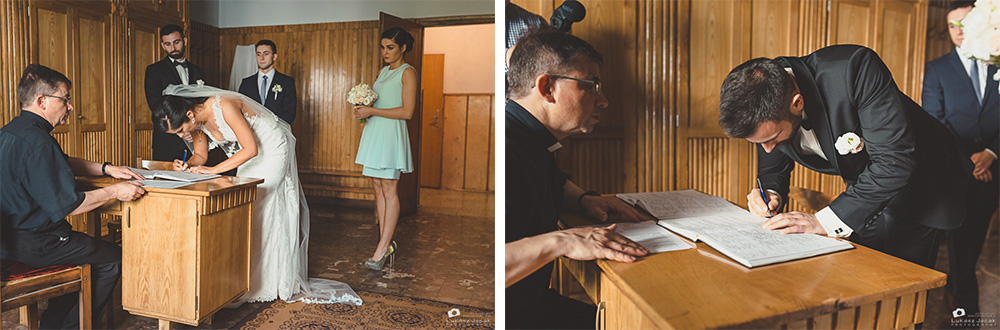 Świadkowie składają podpisy na dokumentach ślubnych.
