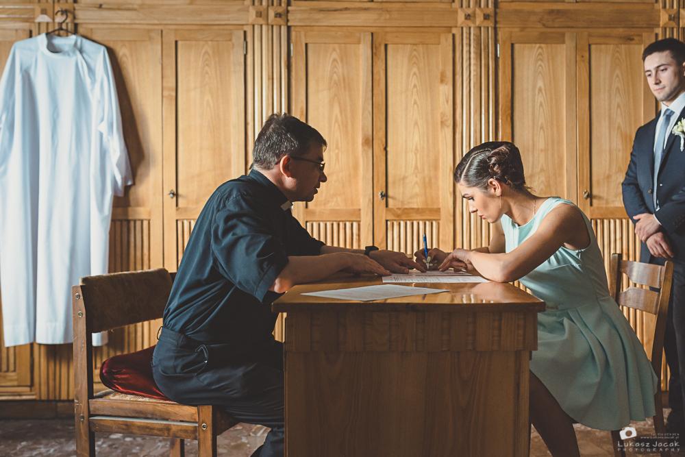 Druhna podpisuje dokumenty ślubne.