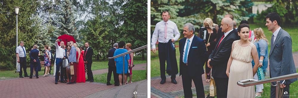 Goście weselni oczekujący przybycia państwa młodych.