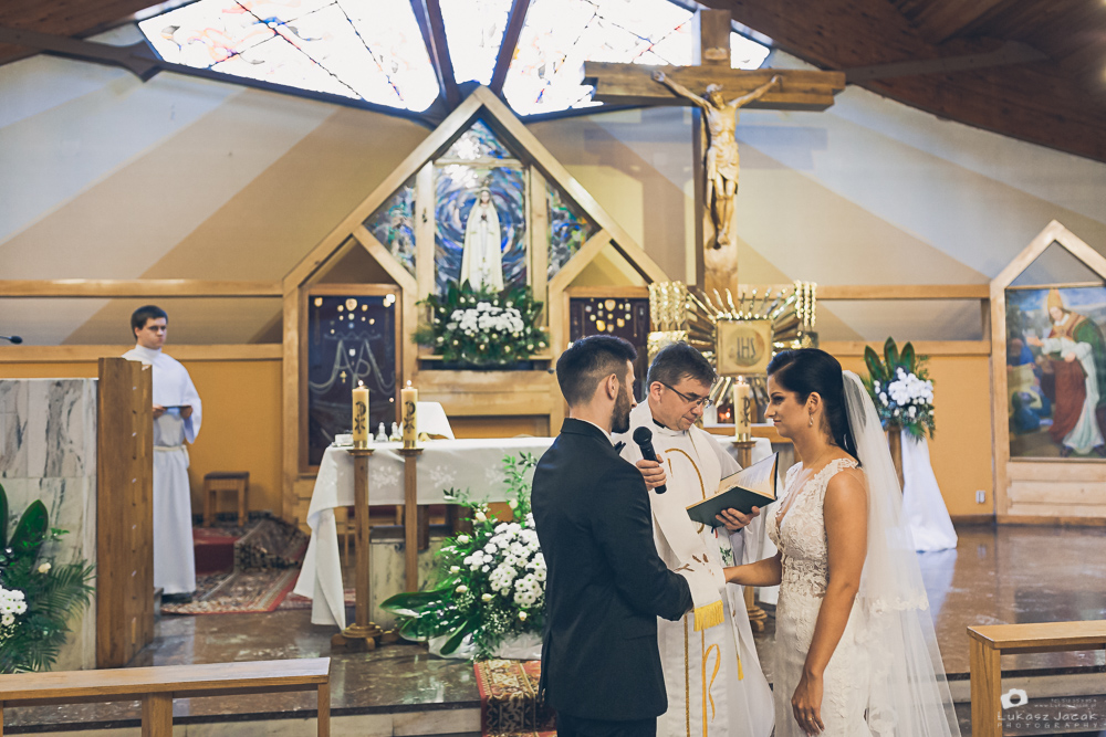 Sakramentalne TAK podczas ślubu Kasi i Adriana. Otwock.