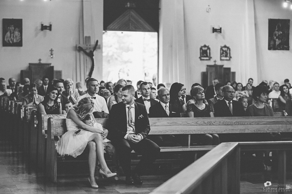 Goście ślubni podczas ceremoni zaślubin.