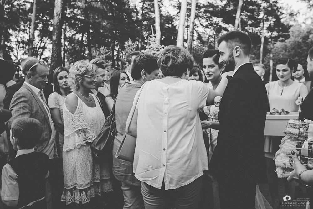 Goście weselni składający życzenia dla Państwa Młodych.