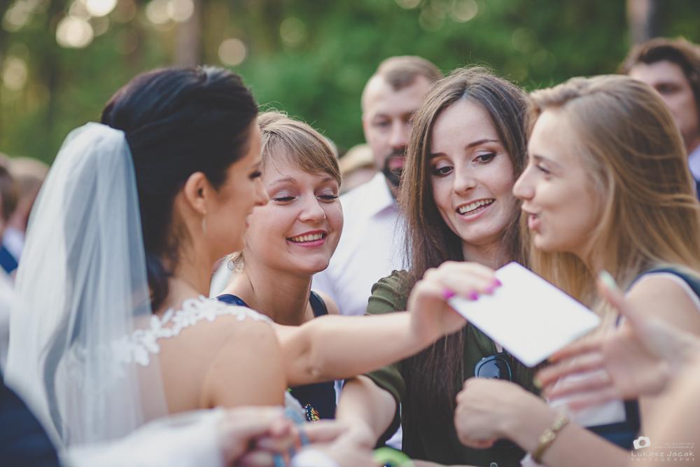 Koleżanki Panny Młodej składają życzenia podczas reportażu ślubnego w Otwocku.