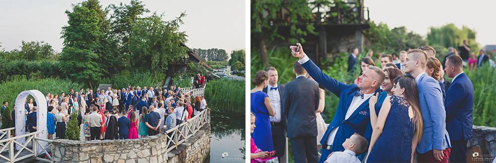 Oczekiwanie na Państwa Młodych, goście weselni robią sobie zdjęcia.