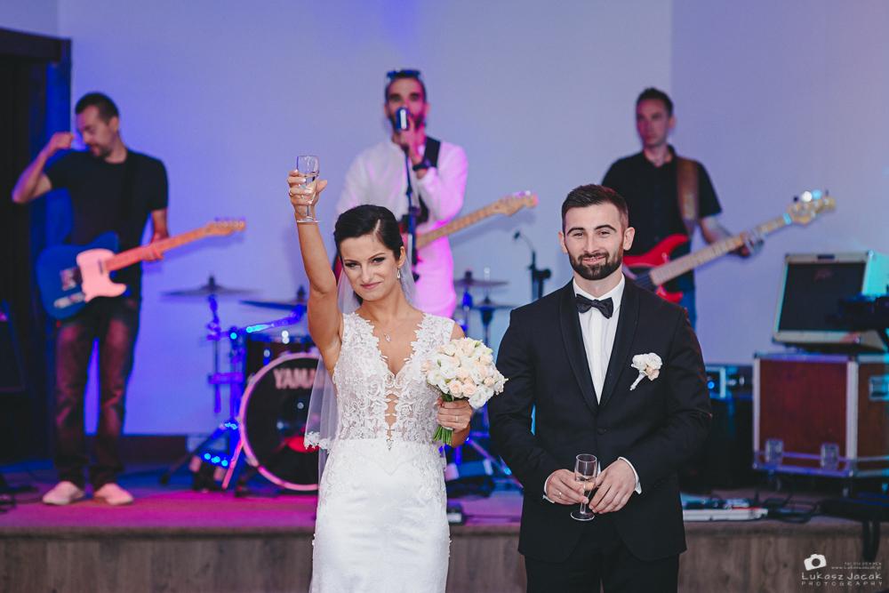 Toast weselny, uniesiony kieliszek przez Pannę Młodą.