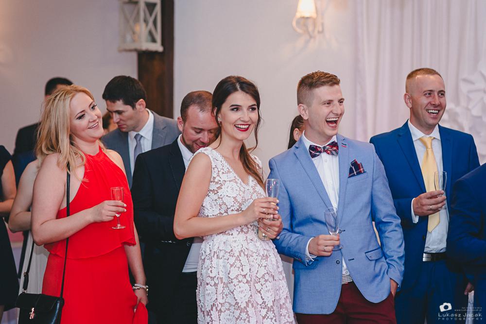 Szczęśliwi goście weselni podczas reportażu ślubnego w Otwocku.