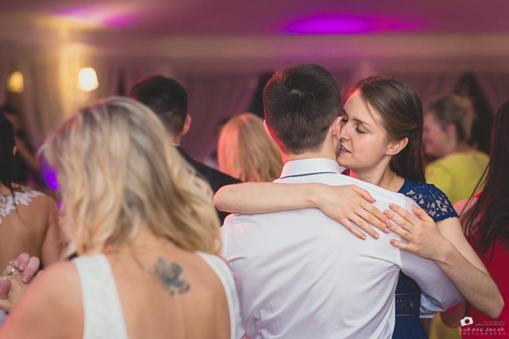 Tańczący goście weselni. Reportaż ślubny Otwock