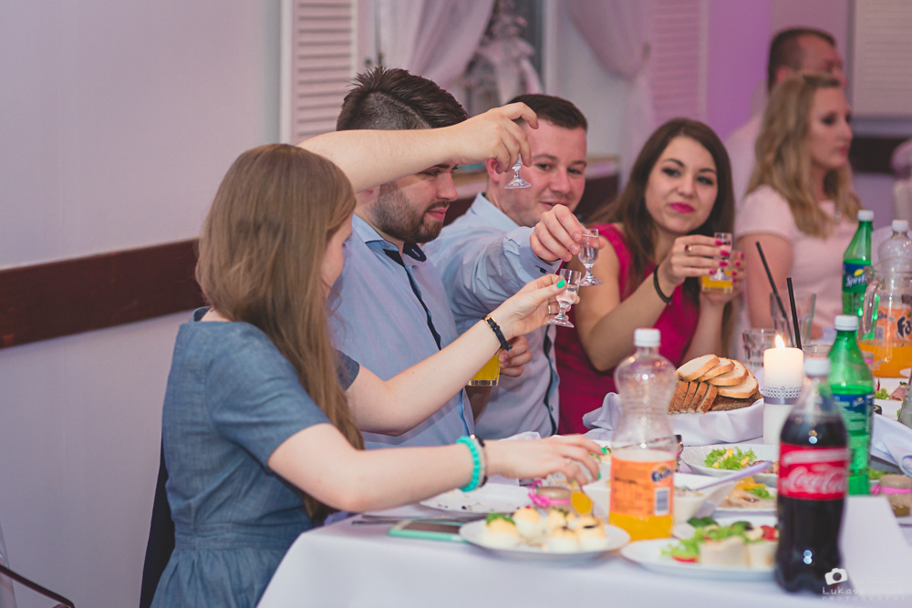 Goście weselni za stołami weselą się w Otwocku.
