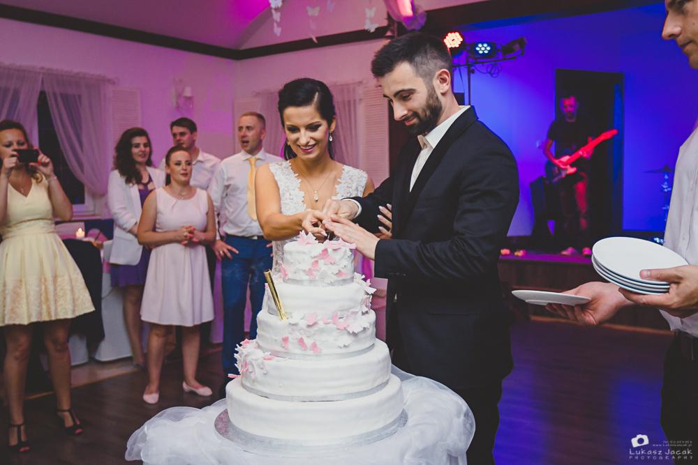 Tort weselny. Krojenie tortu weselnego. Rybaczówka.